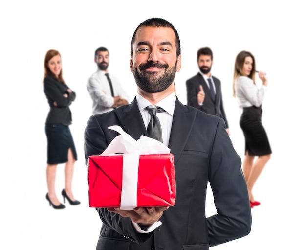 Homem de negócios segurando um presente