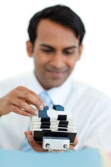 Homem de negócios segurando um titular de cartão de visita