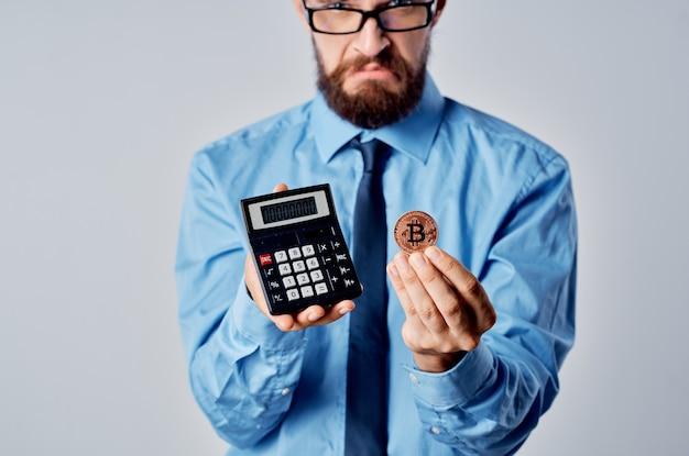 Homem de negócios segurando uma calculadora de finanças de dinheiro eletrônico