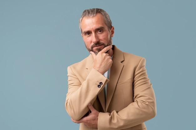 Homem de negócios sênior com roupas formais