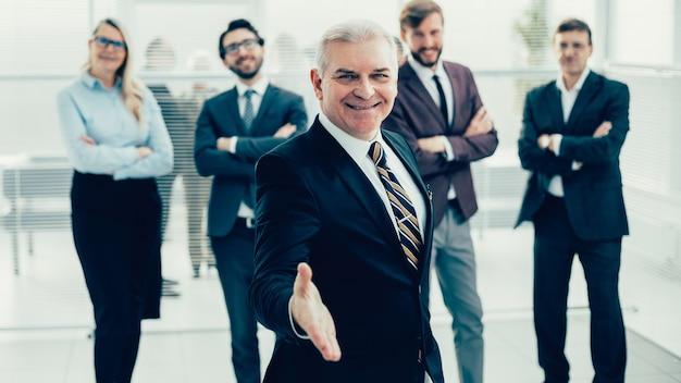 Homem de negócios sênior estendendo a mão para um aperto de mão