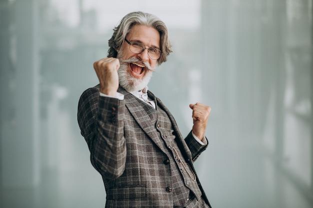 Homem de negócios sênior mostrando emoções