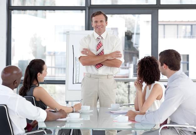 Homem de negócios sênior que dá uma apresentação