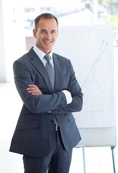 Homem de negócios sênior, reportando-se a números de vendas