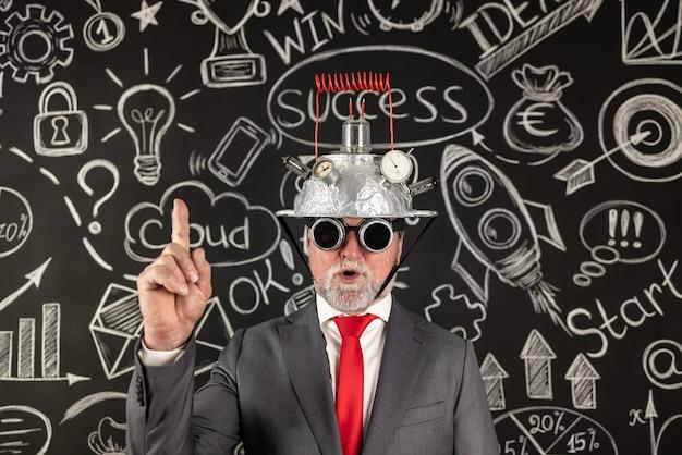 Homem de negócios sênior tem uma ideia brilhante