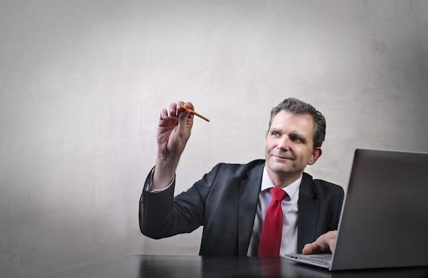 Homem de negócios sênior trabalhando em um projeto