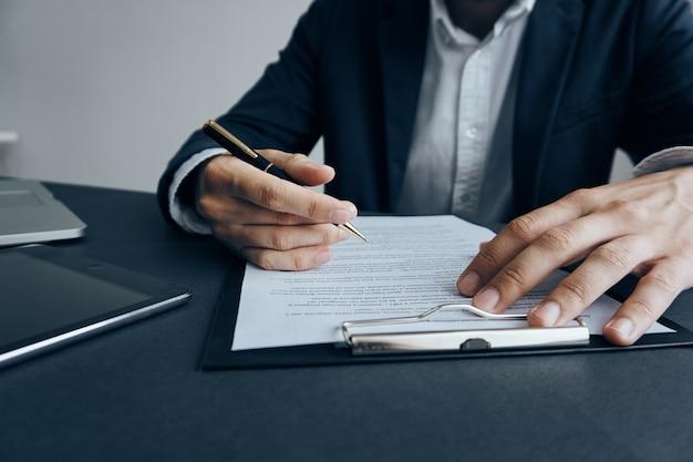 Homem de negócios sentado à mesa telefone tablet documentos finanças internet