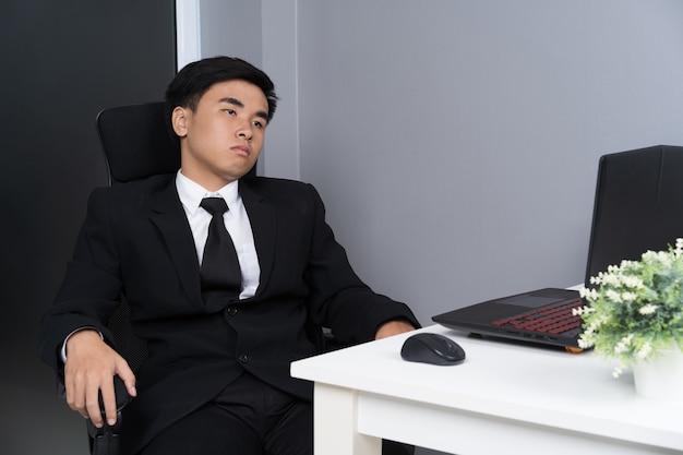 Homem de negócios sentado na cadeira e pensar
