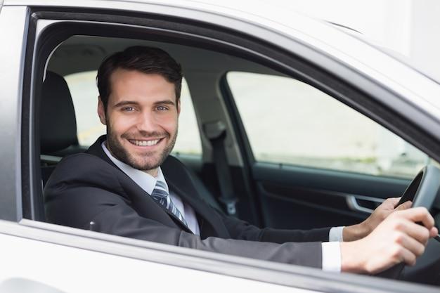 Homem de negócios sentado no assento dos motoristas