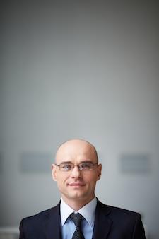 Homem de negócios sereno com óculos