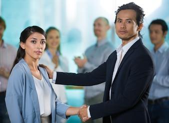Homem de negócios sério agitando mão de subordinado