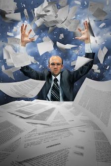 Homem de negócios sério manipulando papéis