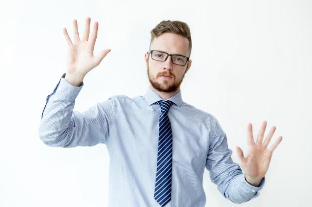 Homem de negócios sério mostrando duas palmas