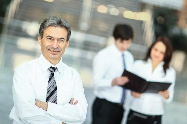 Homem de negócios sério no fundo da equipe de negócios