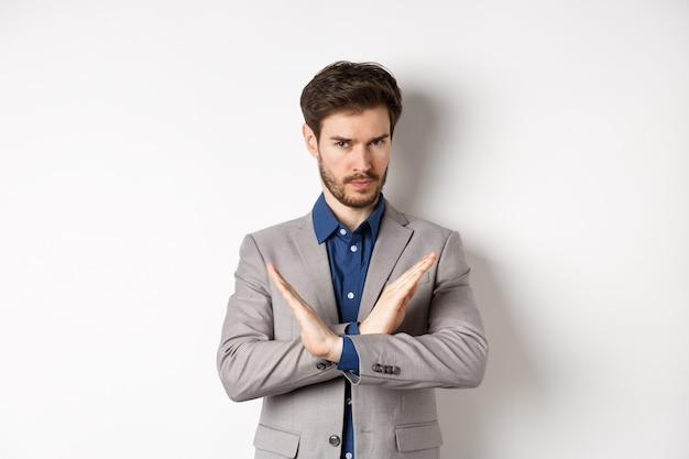 Homem de negócios sério se zangando e dizendo não, parecendo determinado, discorda e proíbe algo ruim
