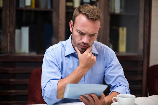 Homem de negócios sério usando tablet digital