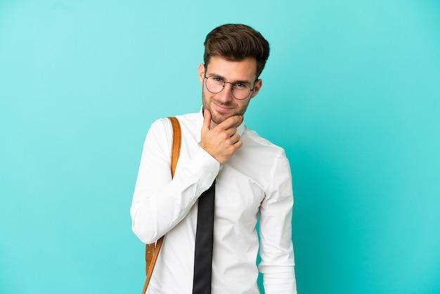 Homem de negócios sobre fundo isolado com óculos e sorrindo