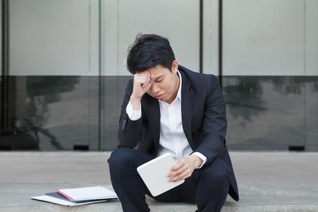 Homem de negócios sofrendo com a perda de empregos devido à pandemia do vírus covid-19