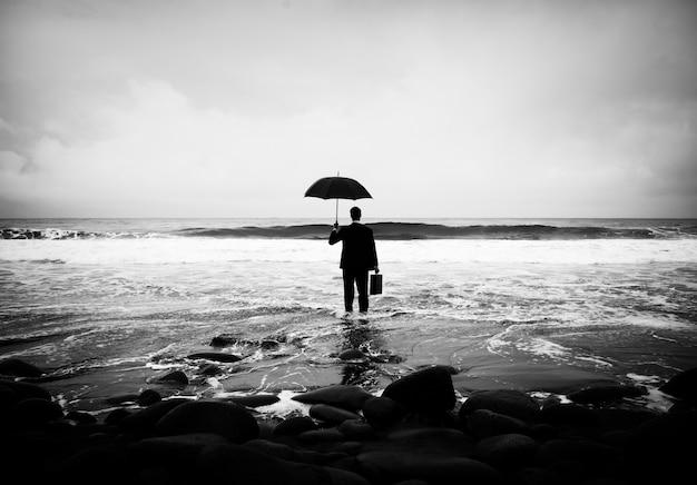 Homem de negócios solitário sozinho na praia