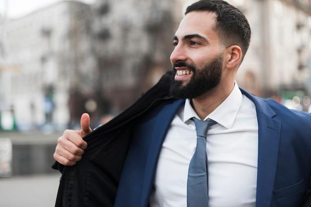 Homem de negócios sorridente ao ar livre