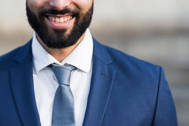 Homem de negócios sorridente close-up