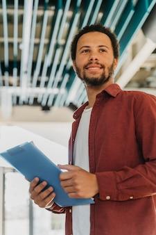 Homem de negócios sorridente de baixo ângulo