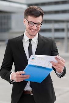 Homem de negócios sorridente, verificando a área de transferência