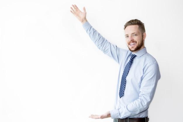 Homem de negócios sorrindo exibindo copyspace