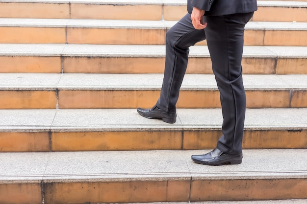 Homem de negócios subindo as escadas em uma hora do rush para trabalhar