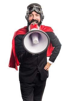 Homem de negócios super-herói gritando por megafone