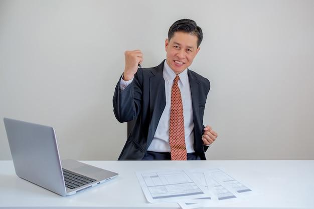 Homem de negócios tão feliz.