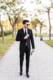 Homem de negócios, tendo um passeio no parque