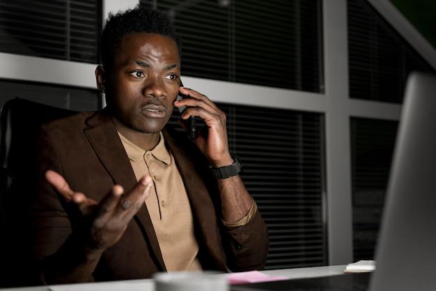 Homem de negócios trabalhando até tarde no escritório