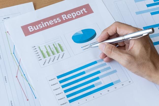 Homem de negócios trabalhando dados documento comercial relatório. conceito de gestão de planejamento de desenvolvimento de pesquisa
