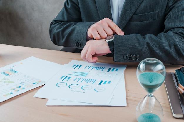 Homem de negócios, trabalhando em um desktop de escritório