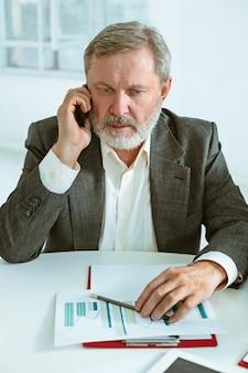 Homem de negócios, trabalhando na mesa