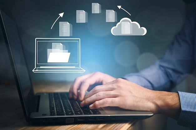 Homem de negócios trabalhando no computador com o ícone de nuvem de arquivos