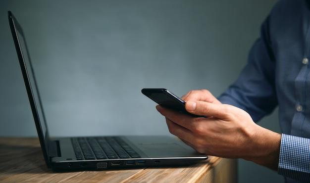 Homem de negócios trabalhando no computador e no telefone