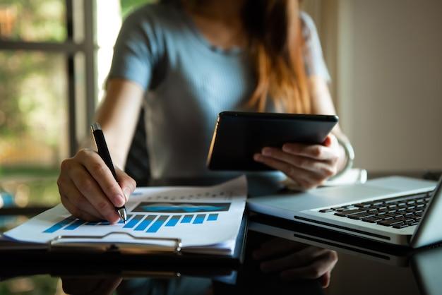 Homem de negócios, trabalhando no escritório com laptop e documentos em seu novo projeto de mesa. tarefa de finanças.