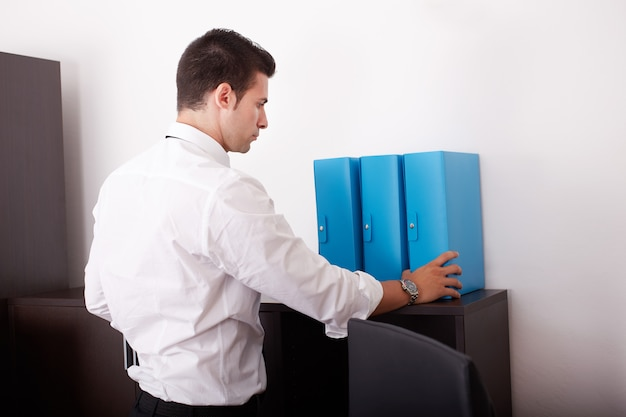 Homem de negócios, trabalhando no escritório