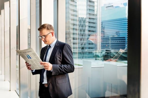 Homem de negócios, trabalhando o conceito de jornal de leitura