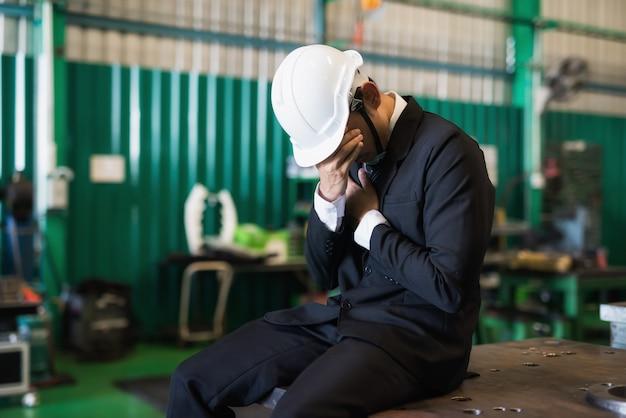 Homem de negócios triste devido à pandemia covid-19