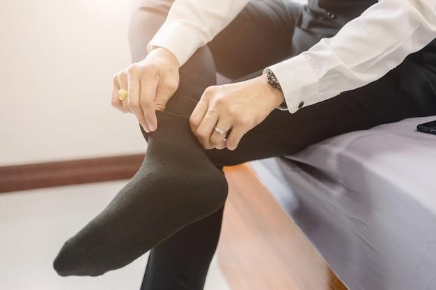 Homem de negócios usa sapatos. para se preparar para o trabalho ou a reunião