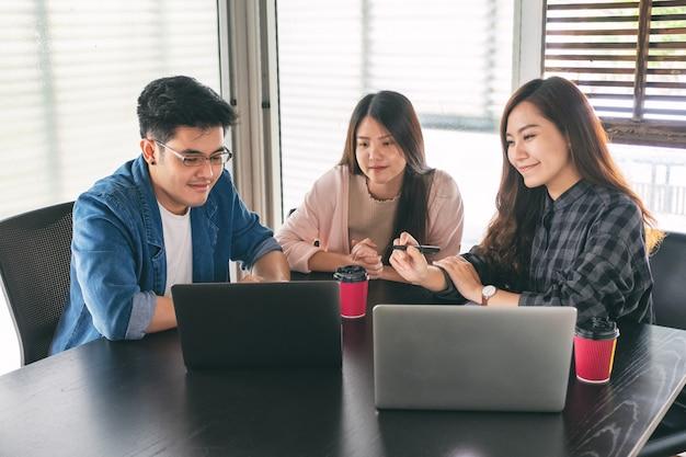 Homem de negócios usando laptop para trabalhar e discutir negócios juntos em uma reunião