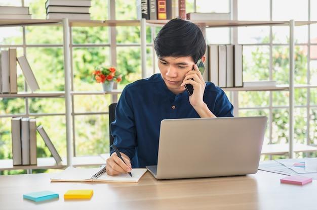 Homem de negócios usando laptop, verificando o contato do cliente para vender online