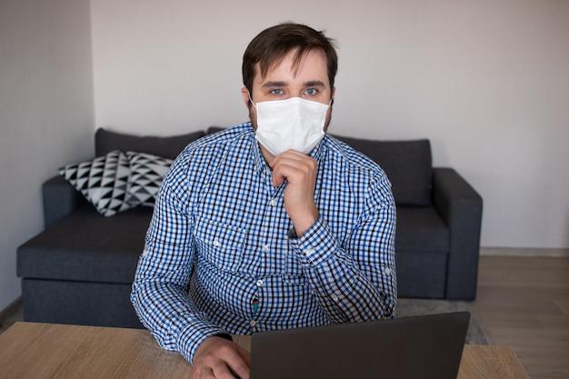 Homem de negócios usando máscara trabalhando em casa, coronavírus, doença, infecção, quarentena, máscara médica