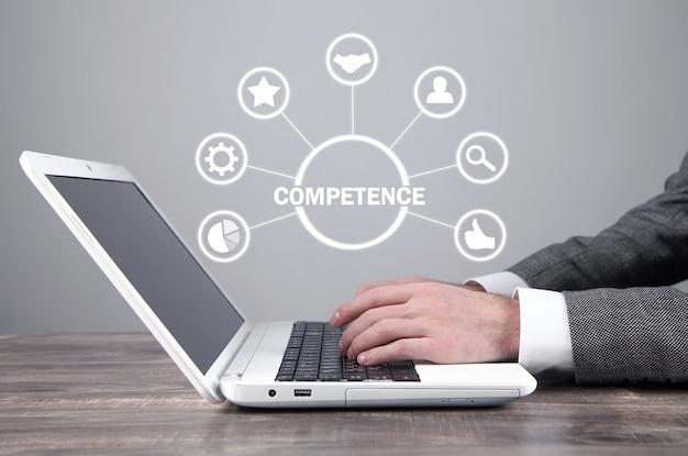 Homem de negócios usando o computador portátil. conceito de competência