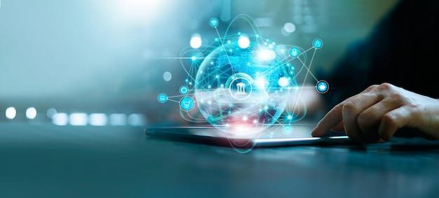 Homem de negócios usando pagamento e banco on-line para tablet marketing digital finanças e redes bancárias