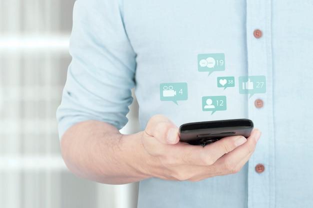 Homem de negócios usando seu smartphone digital, compartilhamento de rede social e comentando no conceito de comunidade on-line