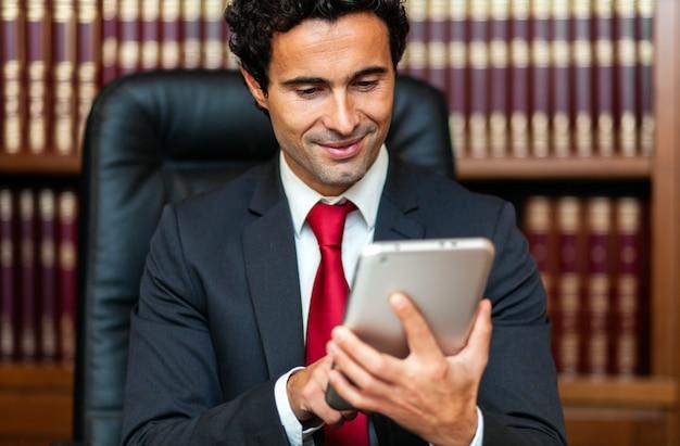 Homem de negócios usando seu tablet em seu estúdio
